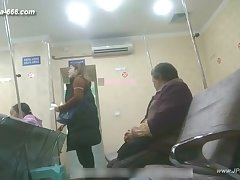 peeping chinese woman to go to the hospital be required of an injection.1