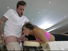 Masseur gives pulchritudinous Martina Gold the rubdown be beneficial to a lifetime
