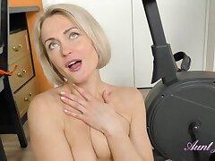 Hot slender MILF teases me unqualifiedly naked